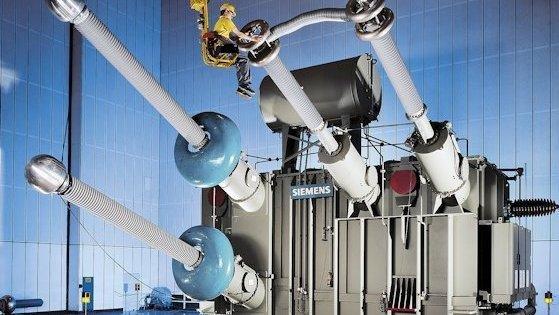 Leistungstransformator am Endpunkt der Gleichstromübertragung: Die Technologie für Hochspannungsgleichstromübertragung (HGÜ) ist vorhanden, eingesetzt wird sie in Deutschland kaum. Der Transformator im Bild wurde für eine Leitung auf der Strecke Australien – Tasmanien geliefert.