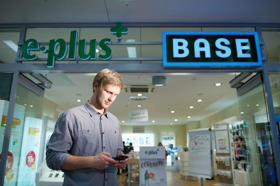 O2 übernimmt den Branchen-Dritten E-Plus. Beide Unternehmen zusammen werden gemessen an der Kundenzahl zum Marktführer in Deutschland.