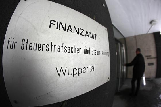 Nach der Spionageaffäre der NSA und massenhaften Auswertung privater Daten fragen sich auch Steuerpflichtige, wie weit die Finanzämter auf private Daten zugreifen können. Die Kölner Rechtsanwälte Marcus Werner und Julius Oberste-Dommes schildern die Grenzen staatlicher Ermittlungen.