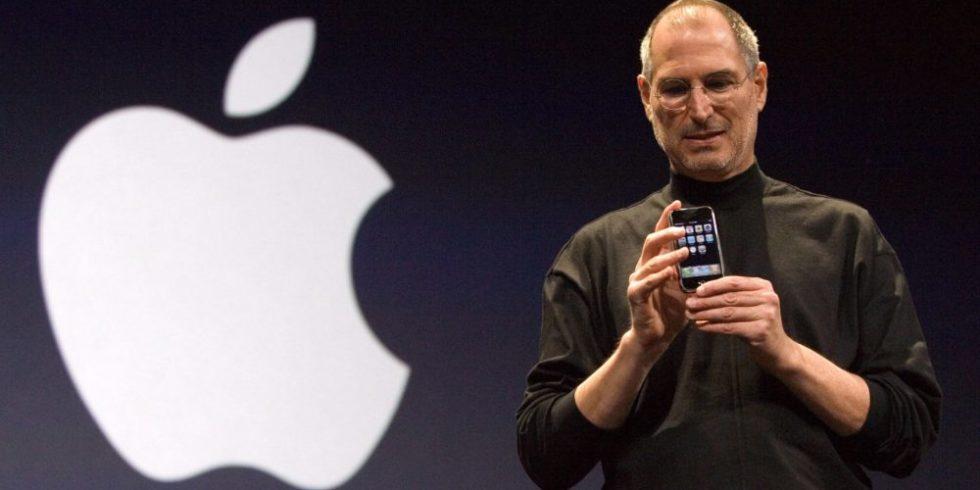 Apple-Gründer Steve Jobs präsentierte auf der Macworld Expo in San Francisco am 9. Januar 2007 mit dem iPhone das erste Smartphone der Welt. Seitdem hat das Smartphone die Handywelt revolutioniert.