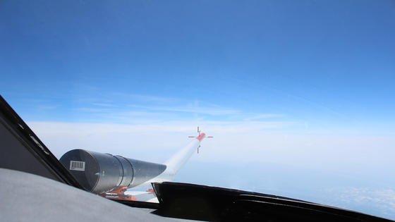 Ein sogenanntes LIDAR-Instrument außen am Flugzeug misst in Flugrichtung mit kurzwelligen UV-Laserstrahlen die Zusammensetzung der Luft und ihre Dichte. Aus Schwankungen der Dichte wollen DLR-Forscher Luftturbulenzen errechnen. Derzeit unternimmt das DLR Testflüge mit einer modifizierten Cessna Citation.