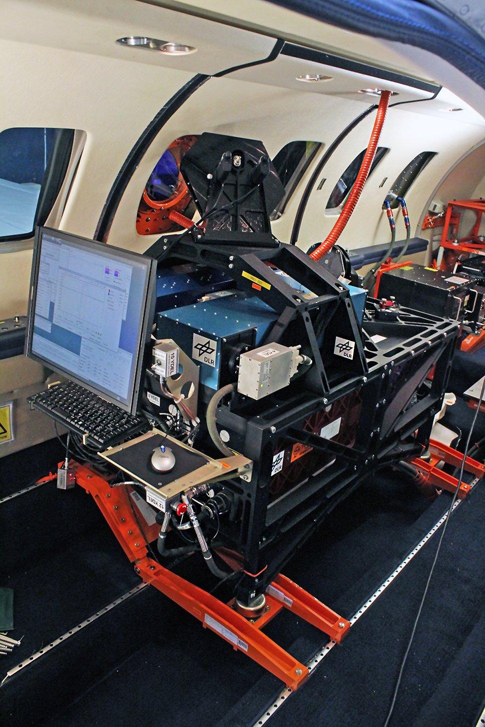 Im Inneren des Testflugzeugs: Das laserbasierte Messgerät des DLR-Instituts für Physik der Atmosphäre in Oberpfaffenhofen misst die Dichte der Luft, um Turbulenzen aus größerer Entfernung zu erkennen.