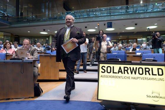 Der Vorstandsvorsitzende von Solarworld, Frank Asbeck, warb auf der außerordentlichen Hauptversammlung am Mittwoch im alten Plenarsaal des Bundestages in Bonn für seinen Rettungsplan. Die Mehrheit der Aktionäre folgte ihm und rettete damit den angeschlagenen Solarmodulhersteller. Solarworld ist der letzte große Hersteller mit einer Fertigung in Deutschland.