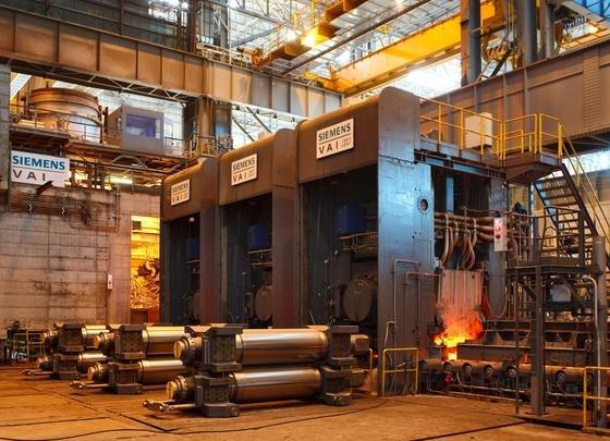 Ein chinesischer Stahlproduzent hat bei Siemens Metals Technologies zwei Arvedi-ESP-Anlagen bestellt. Der Energieverbrauch und die damit verbundenen Kosten sind bei diesem Anlagentyp um bis zu 45 Prozent geringer. Im Bild die beim italienischen Stahlhersteller Arvedi laufende Gießwalzanlage.