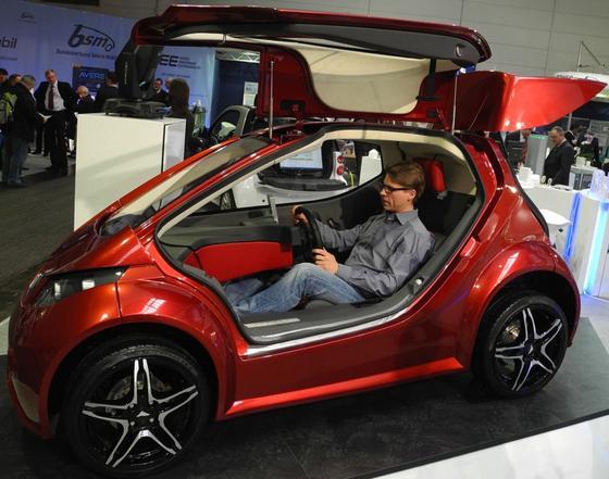 Der elektrisch angetriebene Einsitzer Colibri ist ein verblüffendes Auto: Mit 440 kg ist er so leicht, dass er nur eine kleine Batterie braucht, um eine Reichweite von 110 Kilometern zu erreichen. Und dabei wurde das Auto in Deutschland von mittelständischen Unternehmen entwickelt und soll 2015 in Serie gehen.