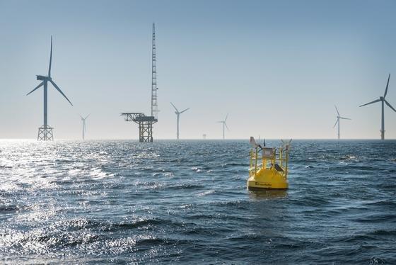 Die LiDAR-Windmessboje des Fraunhofer IWES wurde erfolgreich im deutschen Forschungswindparks Alpha Ventus, 45 Kilometer vor Borkum, installiert. Die Boje misst Windgeschwindigkeiten in Höhen von 40 bis 200 m.