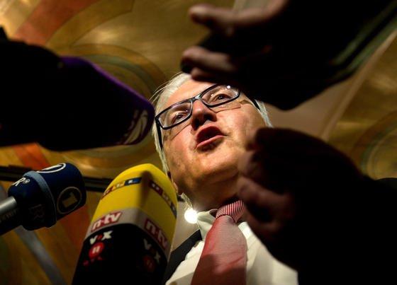 Der SPD-Bundestagsfraktionschef Frank-Walter Steinmeier muss sich rechtfertigen: Er hat 2002 die Grundlage für die enge Zusammenarbeit der beiden Geheimdienste BND und NSA gelegt.