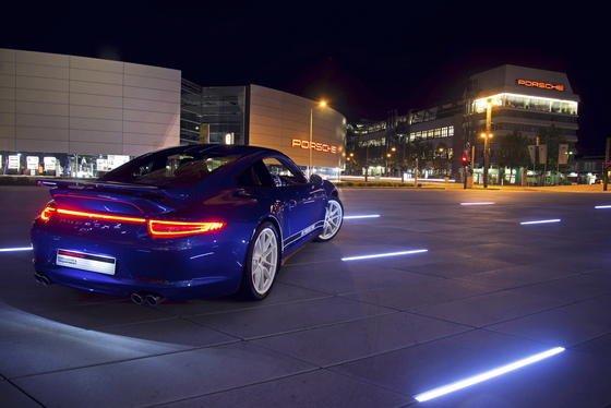 54 000 Porsche-Fans konnten ihre Wünsche für einen Geburtstags-Porsche 911 äußern. Herausgekommen ist ein 911er in Facebook-Blau.