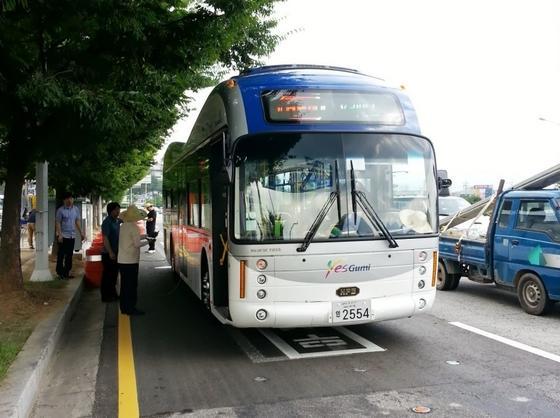Die südkoreanische Stadt Gumi erprobt Elektrobusse, die sich über Induktionstechnik während der Fahrt aufladen. Da die Busse aber über eine kleine Batterie verfügen, genügt es, dass zwischen 5 und 15 Prozent der Strecke mit einer Stromversorgung im Straßenbelag ausgestattet wird.