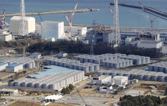 Aus dem Atomkraftwerk Fukushima fließen täglich rund 300 Tonnen radioaktiv verseuchtes Wasser ins Meer. Der Betreiber Tepco hat Probleme, die großen Mengen Wasser, die zum Kühlen der Reaktoren gebraucht werden, aufzufangen und zu lagern. Deutlich zu sehen sind die riesigen Wassertanks auf dem Gelände. Inzwischen wird der Platz knapp, um weitere Tanks aufzustellen.