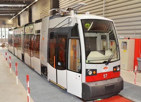 Die EcoTram von Siemens wird jetzt im Praxis-Einsatz im Linienverkehr in Wien erprobt. Durch besondere Klimatechnik soll die Bahn erheblich an Energie einsparen können.