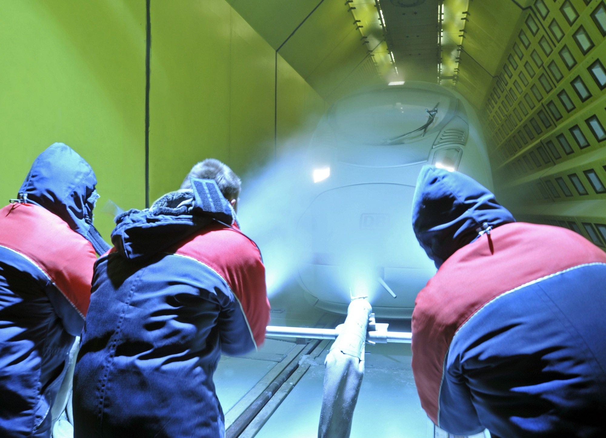 Im Klima-Windkanal in Wien wechselt das Klima in 48 Stunden von 40 Grad auf eisige minus 30 Grad. Diese Klimaextreme decken Schwachstellen an den Zügen gnadenlos auf. Auch die neue Eco-Tram wurde hier getestet.