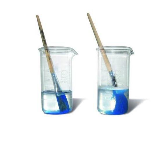 Forscher des FZ Jülich haben einen Pinselreiniger entwickelt, der völlig ohne Lösungsmittel auskommt und sogar getrocknete Farbe und Graffiti löst. Im Bild links ein herkömmlicher Pinselreiniger, rechts der mit Hilfe von Neutronen hergestellte Pinselreiniger. Er ist sogar schon im Handel erhältlich.