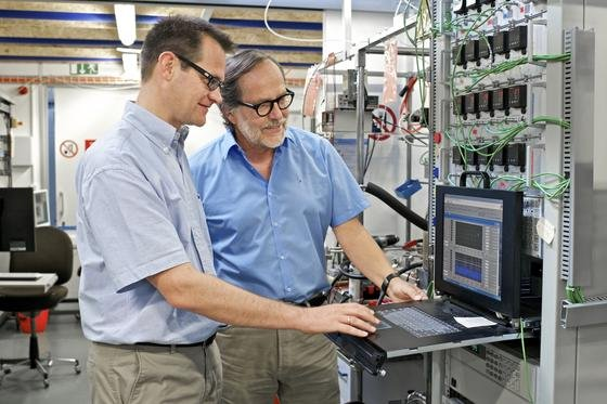 Eine Brennstoffzelle, in der deutlich weniger Edelmetalle verbaut werden, die aber trotzdem erheblich langlebiger ist, haben die Forscher Thomas Justus Schmidt, Leiter des Labors für Elektrochemie und Rüdiger Kötz, Leiter der Gruppe für Elektrokatalyse und Grenzschichten, entwickelt.
