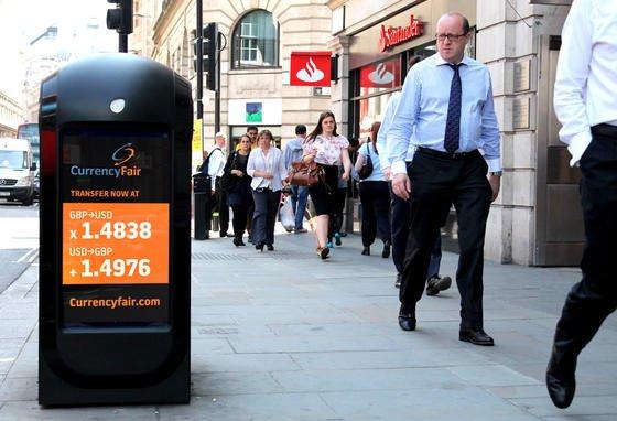 200 intelligente Mülleimer gibt es in London. Sie zeigen über ihre Displays nicht nur Werbung, sondern erfassen über die Handydaten der Passanten. Dadurch lassen sich sogar Bewegungsprofile entwickeln und festhalten, wer wie lange in welchem Geschäft war und vor welchem Schaufenster der Kunde stehen geblieben ist.