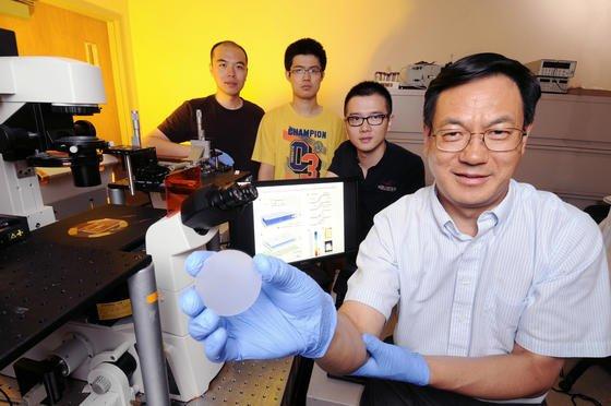 Prof. Wang vom Georgia Tech präsentiert einen Sensor, der Druck in Licht umwandelt. Die Technik könnte sogar als künstlicher Tastsinn bei Robotern genutzt werden.