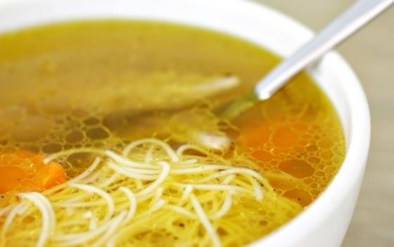Fettaugen auf der Suppe sind ein Beispiel für Tropfenbildung auf der Oberfläche von nicht-mischbaren Flüssigkeiten. Diesem Phänomen haben sich jetzt Wissenschaftler noch einmal intensiv gewidmet.