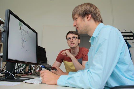 Informatiker Folke Mitzlaff (vorne) vom Fachgebiet Wissensverarbeitung der Universität Kassel und sein KollegeJürgen Müller tüfteln schon an neuen Ideen für die Vornamen-Suche bei Nameling.