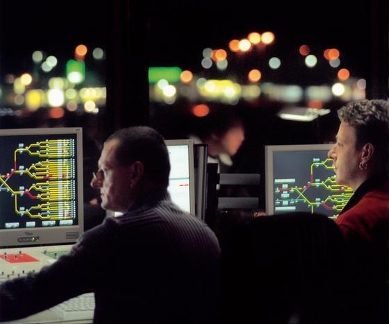 """Blick in das elektronische Stellwerk in Seelze: Die Bahn hat nach Ansicht von Ökonomen das Personal ausgedünnt, bis """"es knallt"""", und viel zu wenig für ein gutes Betriebsklima getan. Fahrdienstleister sind zudem deutlich schlechter bezahlt als Fluglotsen, die aber eine vergleichbare Verantwortung tragen."""