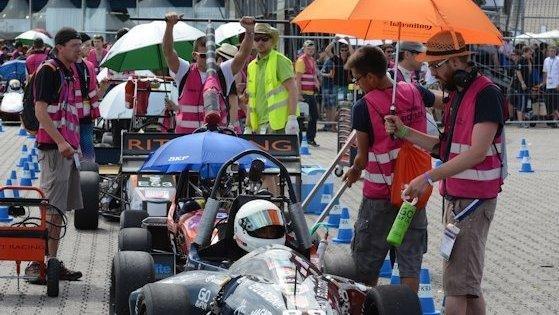 Als wäre die Formula Student Germany nicht schon anstrengend genug, brannte die Sonne unnachgiebig auf den Hockenheimring hinab. Ein Hoch auf die Strategen im Team, die an Schirme dachten und Schatten spendeten.
