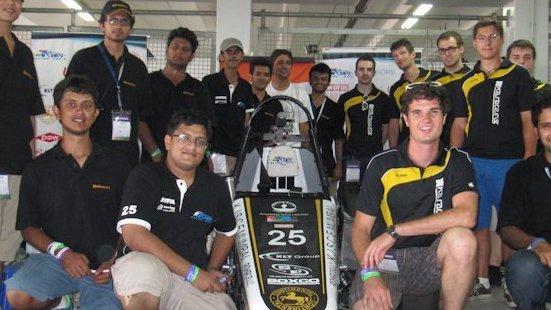 Gemeinsam testen die Teams des Somaiya College of Engineering und des Karlsruher Instituts für Technik (KIT) ihre Fahrzeuge auf dem KIT-Campus. Dort zelteten die Inder seit dem 22. Juli und nahmen letzte Fahrzeugteile entgegen.
