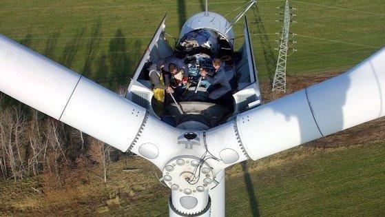 Arbeiten an einer Windkraftanlage: Um die Anlagen bei Bedarf vom Stromnetz trennen zu können, wurden ältere Anlagen mit Steuerungstechnik nachgerüstet.