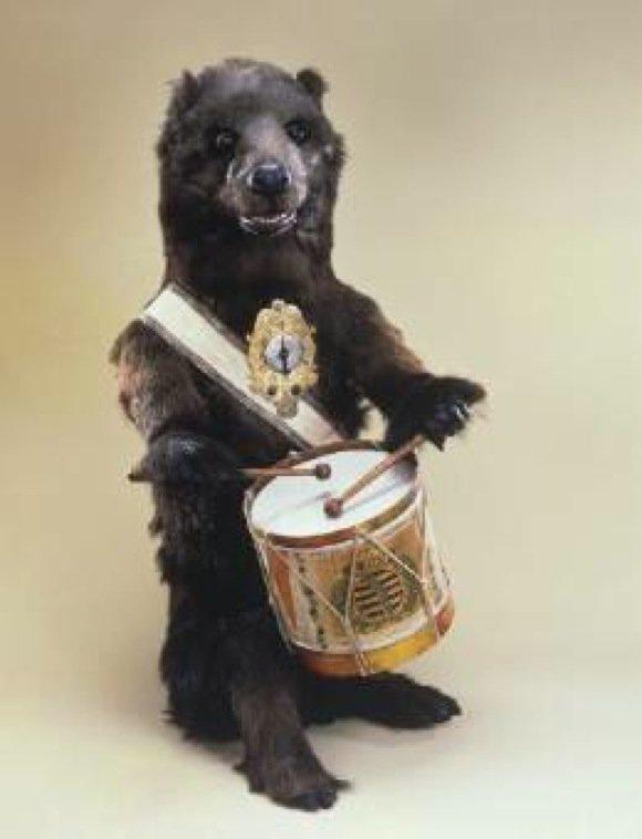 Der trommelnde Bär, der bei Bedarf auch als Wecker eingesetzt werden konnte.