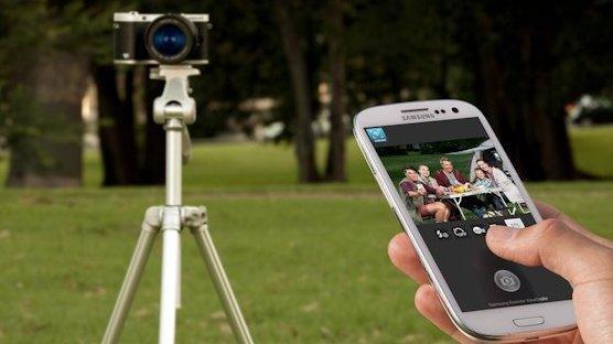 Smartphone an Kamera: Nicht nur die Übertragung der Fotos aufs Handy funktioniert per WLAN, auch die Steuerung der Kamera.