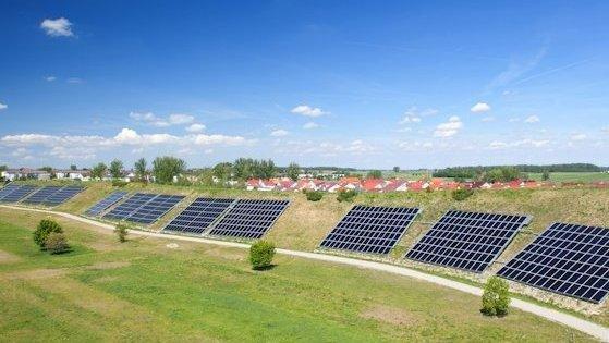 Lärmschutzwall mit solarthermischen Modulen: Die Solarenergie wird über Erdsonden gespeichert und versorgt eine Siedlung in Crailsheim mit Wärme.