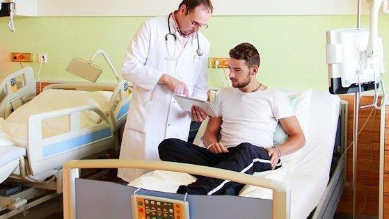 Die Betten im Patientenzimmer sind mit Display und Sensorik ausgerüstet, die erkennen, ob Patienten liegen, sitzen oder das Bett verlassen haben.
