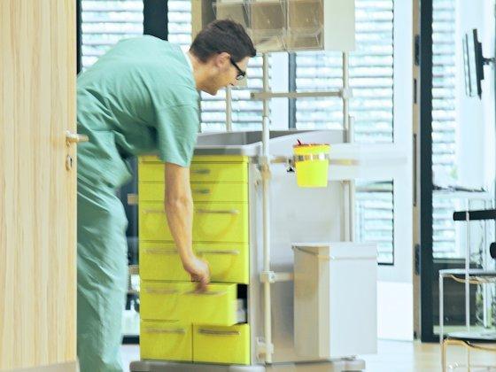 Der mit viel Elektronik ausgestattete Pflegewagen im Hospital Engineering Labor registriert, welche Materialien verbraucht werden. Er soll später mit medizinischen Geräten bestückt werden, die die Daten des Patienten dann sofort weiterleiten.