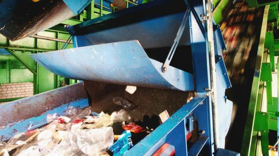Recycling:Der Verband kommunaler Unternehmen (VKU) fordert die Abschaffung der dualen Systeme. Zu viele Wertstoffe würden verbrannt statt wiederaufbereitet.