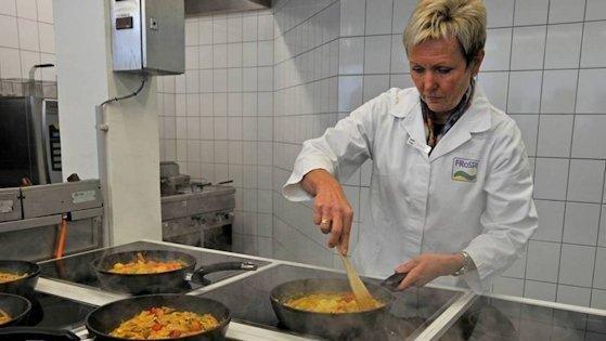In der Versuchsküche: Die Herstellung von Gerichten ohne Zusatzstoffe bedeutet für Produktentwicklerin Dörte Heise viel Detailarbeit.