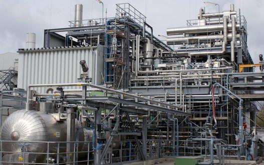 Versuchsanlage: An der Syngas-to-Fuel-Anlage erproben die Freiberger Wissenschaftler seit zweieinhalb Jahren die Erzeugung von Benzin aus Synthesegas über Methanol als Zwischenprodukt. Neues Ziel der Forscher ist eine einstufige Anlage, die in einen Container passt.