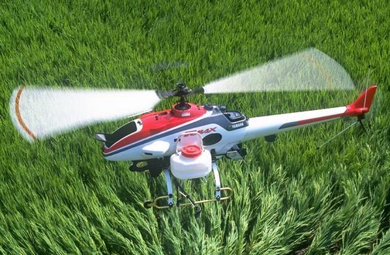 Das unbemannte Flugzeug RMAX von Yamaha wird in Japan häufig eingesetzt, um Reisfelder zu düngen oder Schädlingsbekämpfungsmittel auf sie zu sprühen.