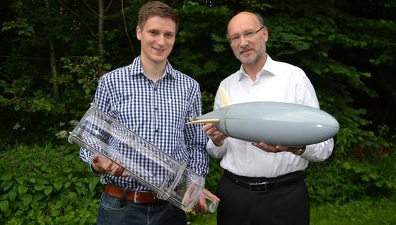 """Projektkoordinator Sven Leitsch (li.) präsentiert zusammen mit Professor Peter Adam Höher die autonomen Unterwasservehikel """"Plexi"""" und """"Kugelfisch""""."""