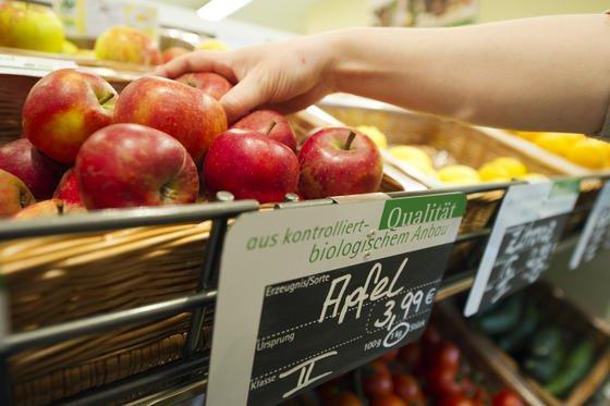 Immer mehr junge Menschen greifen zu Bio-Produkten. Diesen Trend zeigt eine vom Bundesverbraucherministerium veöffentlichte Studie zum Einkaufsverhalten bei Bio-Lebensmitteln auf.