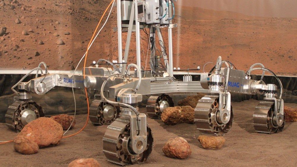 Im planetaren Rover-Testbett des DLR-Instituts für Robotik und Mechatronik in Oberpfaffenhofen testen Experten des DLR einen Prototypen des ExoMars-Rovers der ESA, der 2018 zum Mars starten soll.