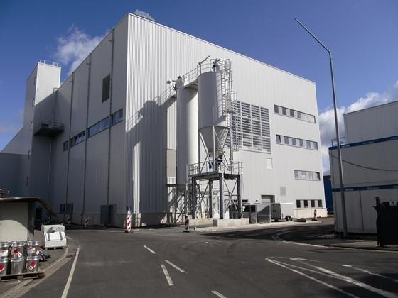 In den beiden Silobehältern wird das Steinmehl gesammelt, das nun in der neuen Lackiererei für Kunststoffteile im VW-Werk in Wolfsburg anfällt.