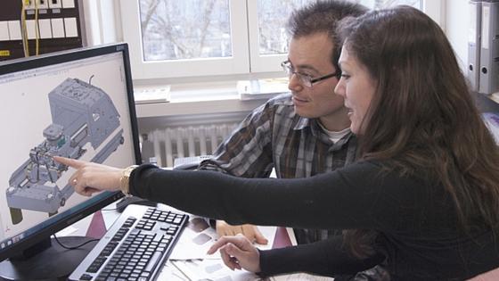 Maschinenbauer Sasa Vranjkovicund Laetitia Bernard, Leiterin des Projekts 3D-NanoChemiscope, diskutieren den Konstruktionsplan eines Bauteils.