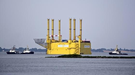 """Nach ihrem Anschluss wird die Konverterplattform HelWin1 die Windparks """"Nordsee Ost"""" und """"Meerwind"""" ans Festland anbinden. Sie wird den in den Windparks gewonnen Strom mit einem Volumen von bis zu 576 Megawatt Leistung in Gleichstrom umwandeln und via Seekabel an das 85 Kilometer entfernte deutsche Festland weiterleiten."""