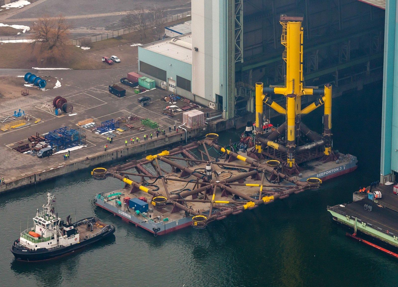 Die Offshore-Plattform HelWin1 wird auf einer Unterkonstruktion installiert. Diese wiegt allein 1000 Tonnen. Sie hat bereits im Juni die Werft verlassen und wurde mit zehn Stahlpfeilern in der dort 23 Meter tiefen Nordsee verankert.