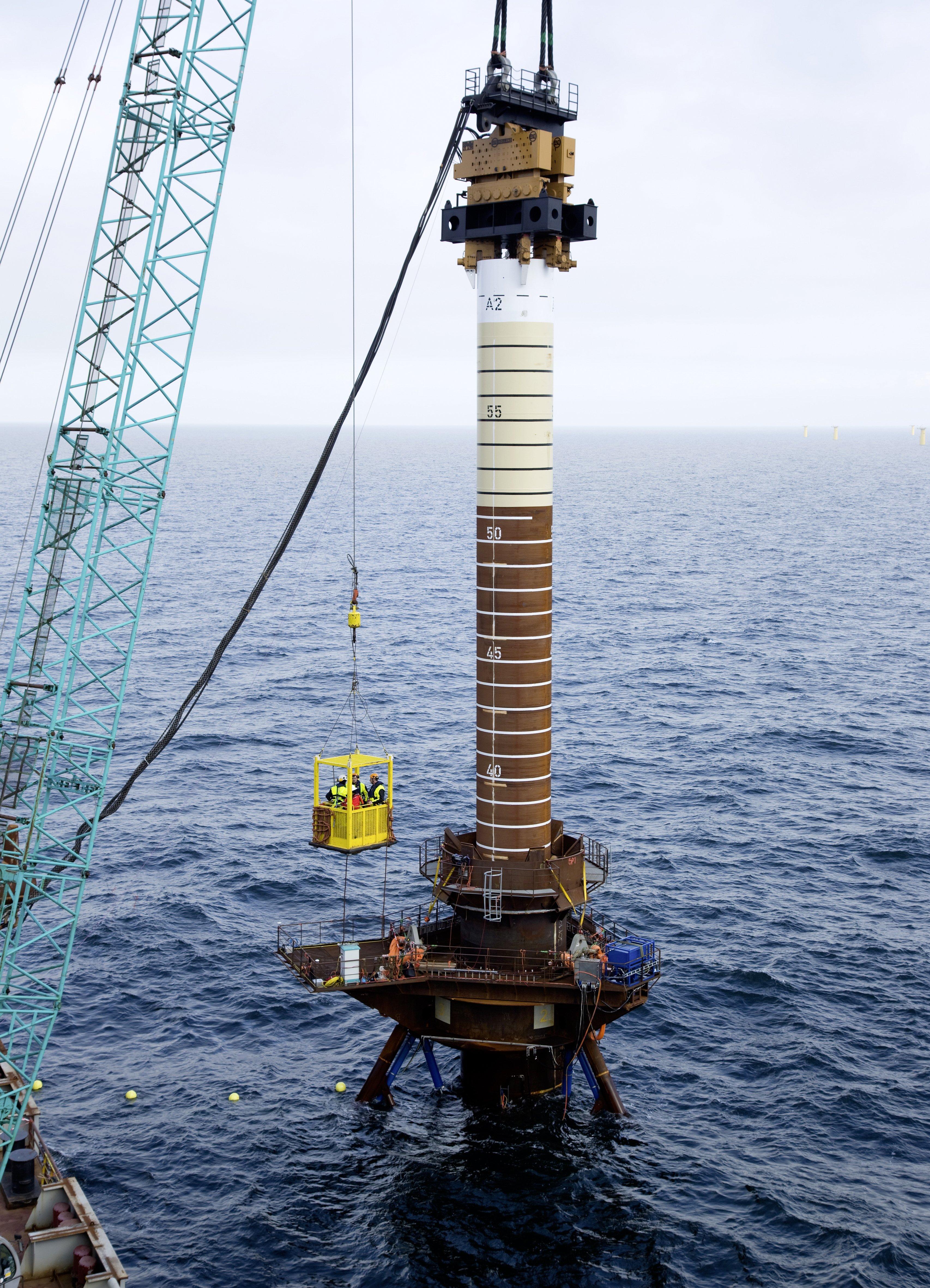 Am Installationsort, 20 Kilometer nordwestlich der Küste Helgolands, werden die Stahlpfeiler im Meeresboden verankert. Mit ihrer Länge von bis zu 100 Metern sind sie so groß wie das Londoner Wahrzeichen Big Ben und stellen sicher, dass die Plattform fest verankert ist.