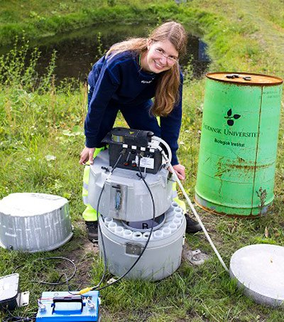 Umweltingenieurin Melanie Sønderup testet an einem Tümpel den Wasserfilter aus Betonpulver.