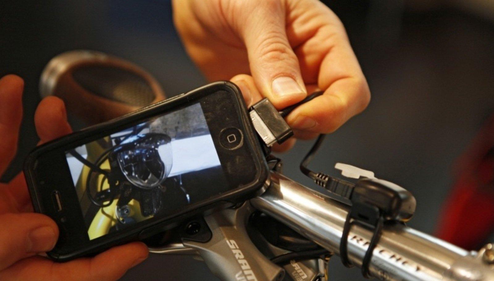 An hochwertigen Fahrrädern lässt sich über eine USB-Schnittstelle während der Fahrt das Handy laden.