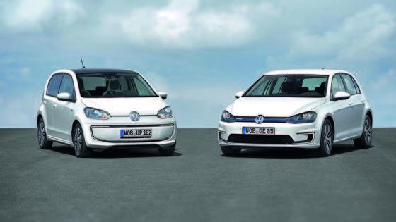 VW präsentiert auf der IAA 2013 zwei Elektro-Autos die laut Unternehmensangaben einen neuen Effizienzstandard setzen. So verbraucht der e-up! (li.) auf 100 Kilometern lediglich 11,7 kWh Strom im Wert von derzeit 3,02 Euro. Der neue e-Golf mit einer Reichweite von 190 Kilometern ist erstmals mit LED-Scheinwerfern ausgestattet.