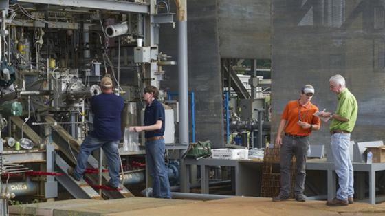NASA-Ingenieure während der Vorbereitung auf den Praxis-Test. Sie erforschen schon seit längerem Triebwerks-Komponenten aus dem 3D-Drucker und haben ein klares Ziel vor Augen: die Entwickelung kostengünstiger Komponenten, die trotzdem so robust sind wie herkömmlich gefertigte Teile.