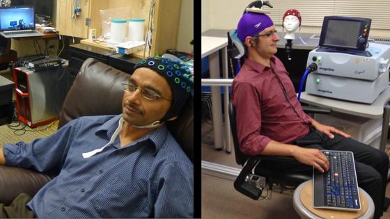 Computerspezialist Rajesh Rao (li.) und Psychologe Andrea Stocco während des Experimentes. Rao spielt ein Computerspiel und drückt in Gedanken mit seinem Finger auf eine Taste. Stocco, der in einem anderen Labor sitzt, bewegt unwillkürlich seinen Finger auf die richtige Taste.