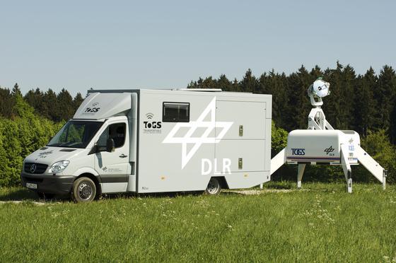 Die transportable optische Bodenstation TOGS neben dem Transportfahrzeug. Am Einsatzort angekommen, wird das Teleskop automatisch ausgefaltet. In nur zehn Minuten kann der Einsatz beginnen.