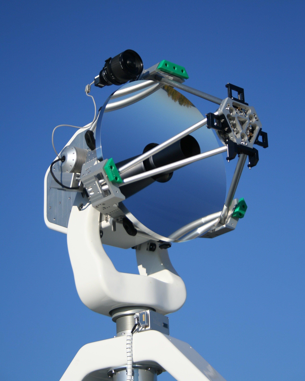Das Herzstück der transportablen Bodenstation TOGS ist ein Teleskop zum Datenempfang. Es hat einen Durchmesser von 60 Zentimetern und ist für Verbindungen mit Flugzeugen und Satelliten optimiert.